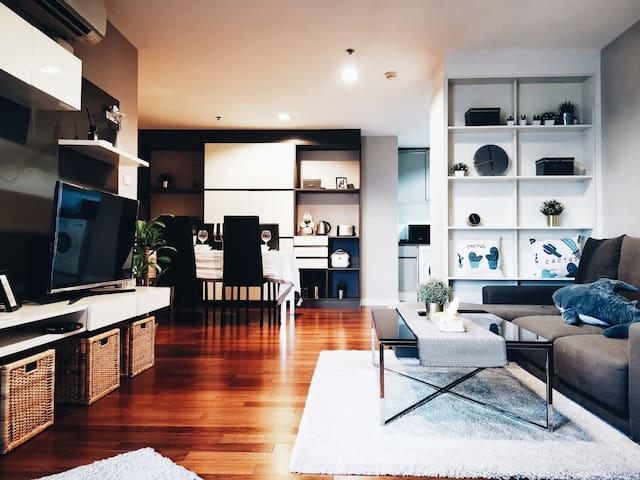 市区高级公寓,两居室,步行至拉差达火车夜市,500米至地铁,近ASOK,空中花园泳池,健身房