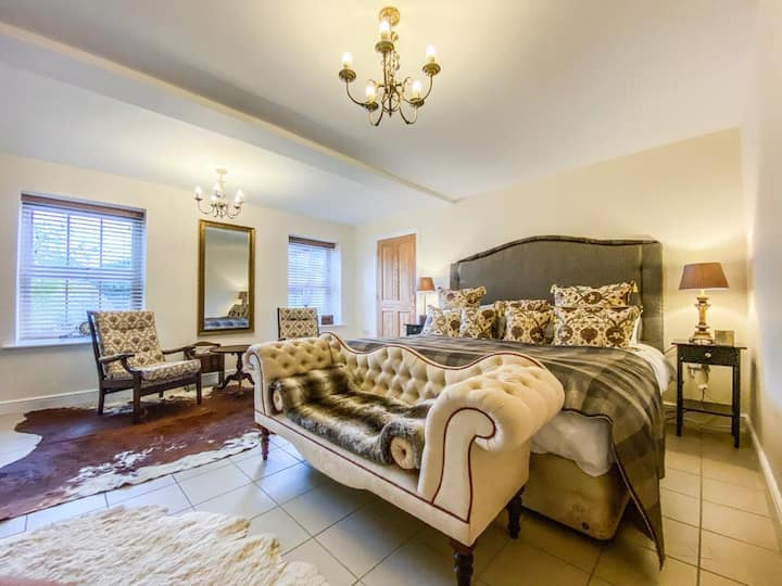 City-to-Country Luxury Room - 02