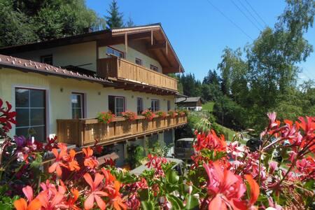 Salzburg Alpenferien hostel Pertill - Szoba reggelivel