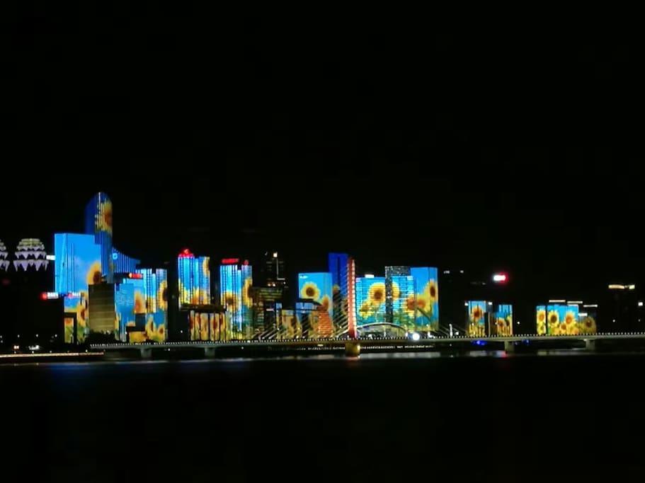 钱塘江畔G20亮灯工程之一,可沿闻涛路步行5公里左右可观看此美景,也可以在小区楼下租公共自行车前往,大约15分钟抵达。一路吹吹江风,看看钱塘江两岸美景。杭州的公交自行车首小时免费,1小时以上2小时内1元/每小时,总之相当便宜。