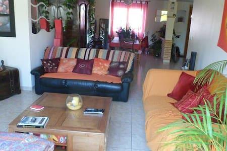 Chambre dans Grande Maison Commune au Calme