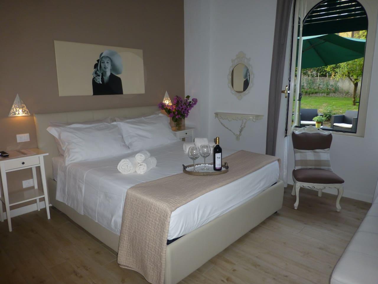 Marilyn Monroe room with bottle of wine - lovely details