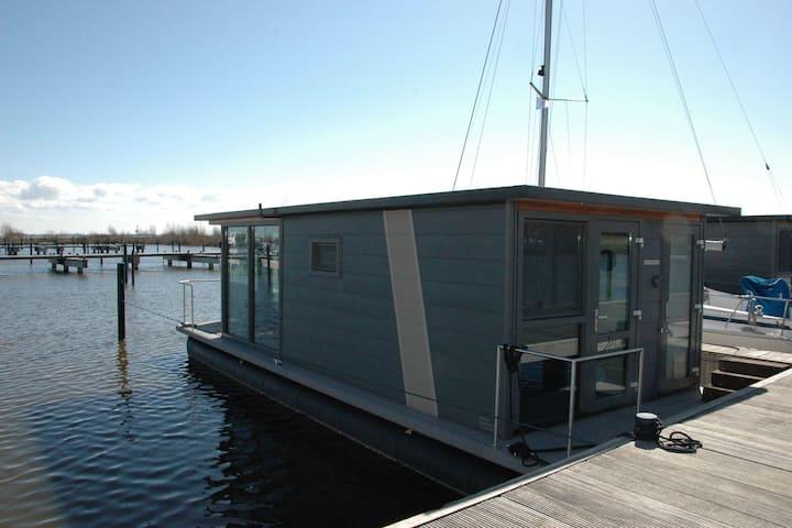 Hermosa casa flotante en el puerto de Volendam, cerca del centro