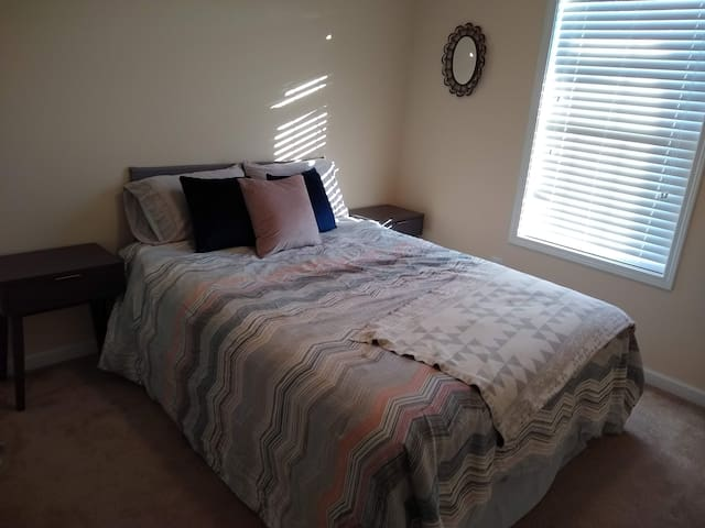 Comfy room minutes from downtown Athens