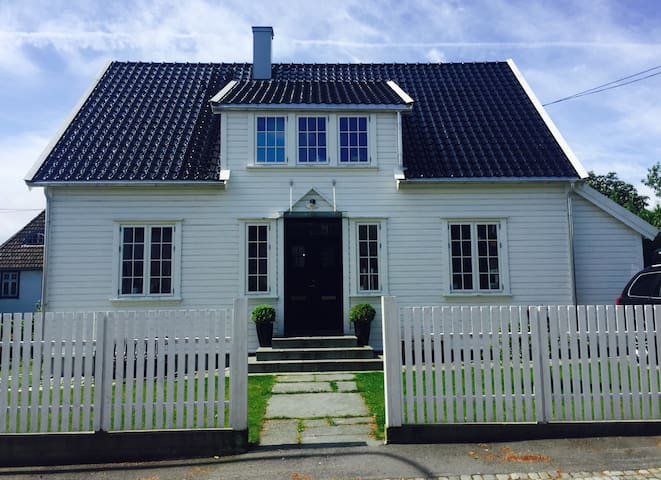 Villa with 16 beds. 10 min walk to Stavanger city