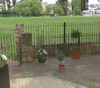 Riverside beauty near Hampton Court palace - West Molesey - Huis