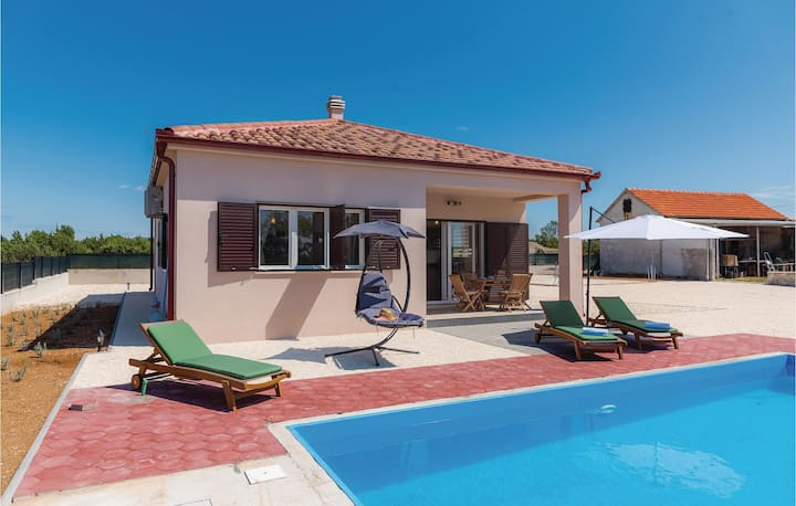 Nice home in Pakovo Selo with Outdoor swimming pool, WiFi and 3 Bedrooms