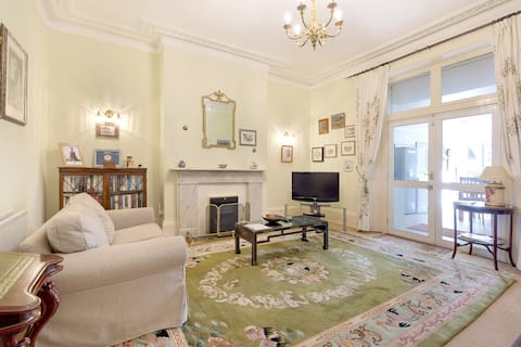 Large Heathrow apartment - near Staines & London