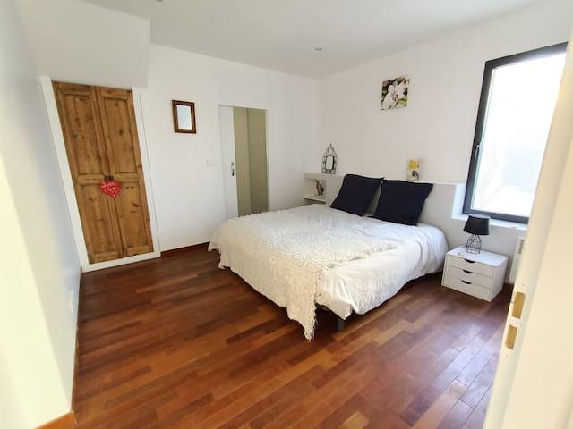 Chambre parentale de 14 m2 avec sa salle d'eau
