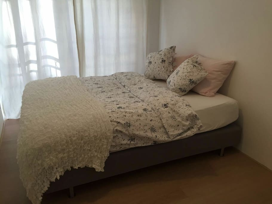 Spacious and quiet room with 160 cm Queen-size bed.