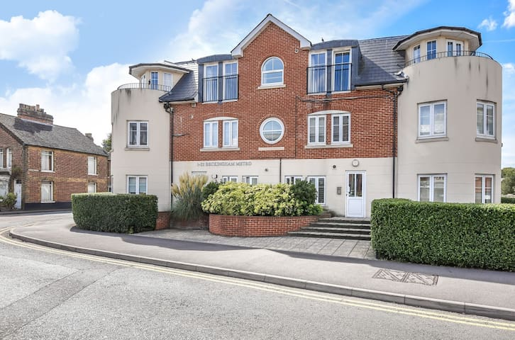 Modern centrally located Egham apartment