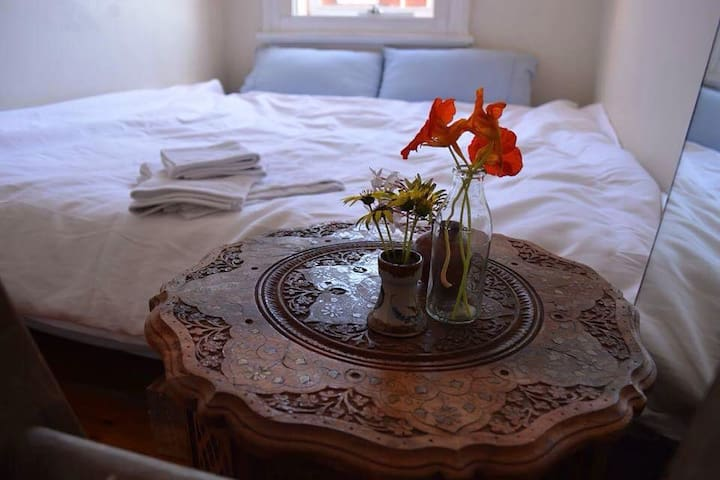 KING BED cosy room in cute Victorian
