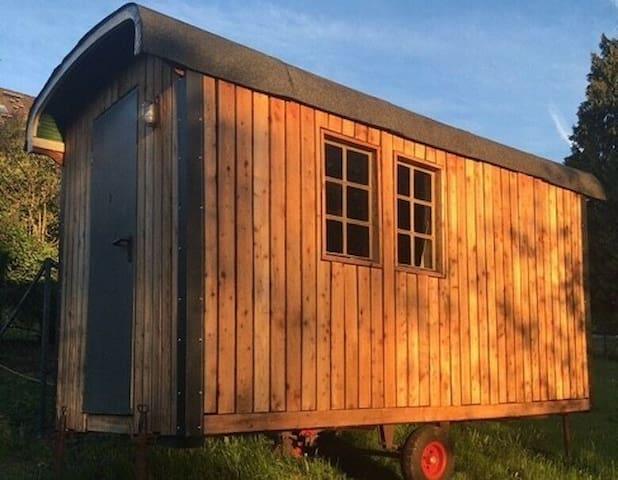 Romantische Ruheoase: Bauwagen im Wald mit Kamin