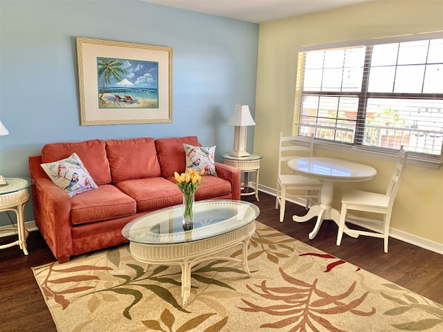 New to Airbnb! Great Value! 5 min walk to the beach! Sandy Pointe 108!