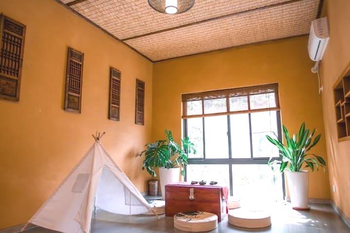 栖霞,这是一间标准套房,可以加床,客厅可以看山景,有浴缸,适合一家三口