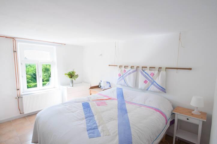 Profitez du calme de votre chambre et de sa vue sur les jardins et collines