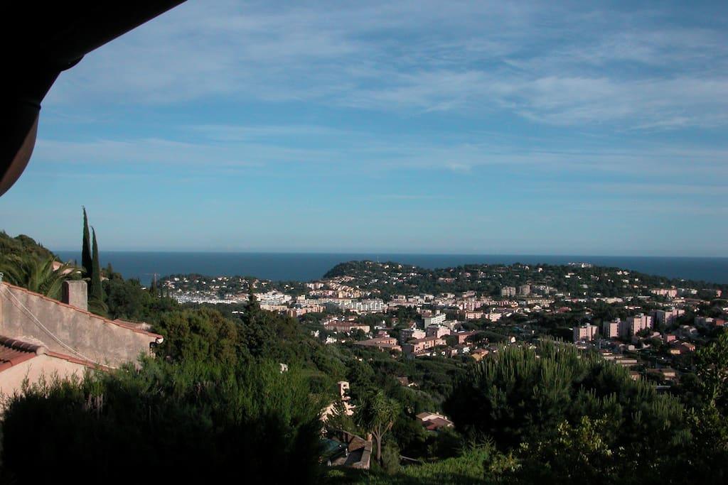 studio situé dans une villa, dans un quartier résidentiel calme, expo plein sud et vue sur mer