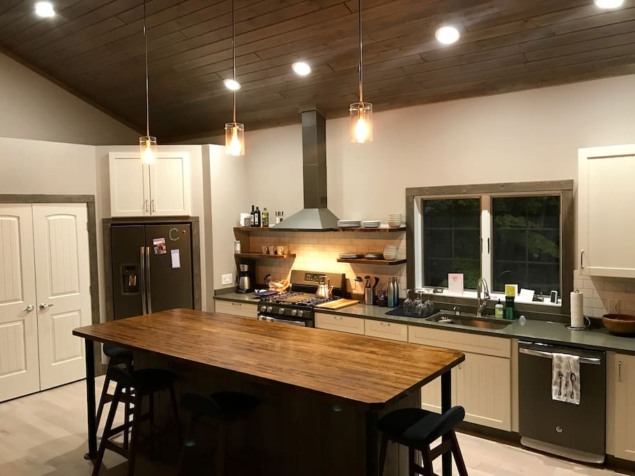 Brand new eat-in kitchen