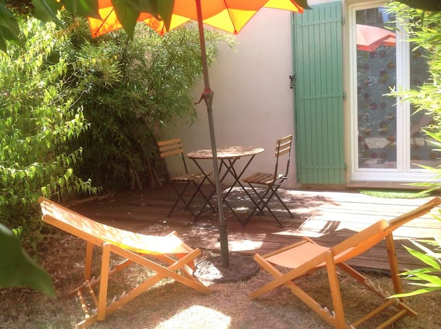 Independent room in Aix countryside - Simiane-Collongue - Bed & Breakfast