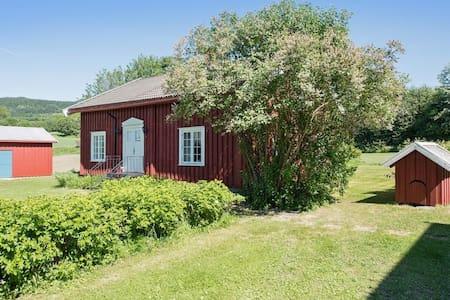 Koselig gammelt tømmerhus med mjøsutsikt i  Moelv