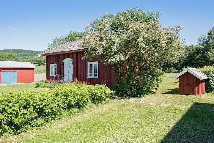 Koselig lite hus på gårdstun i Moelv