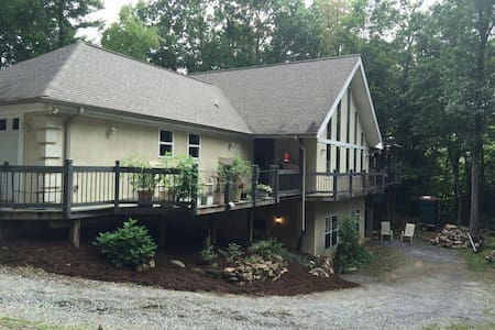 Private apt in open basement - Waynesville - Apartment
