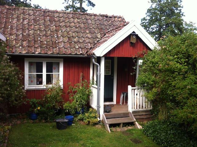 Mysig stuga mitt i Brösarp. - Brösarp - Cottage