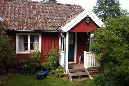 Mysig stuga mitt i Brösarp.