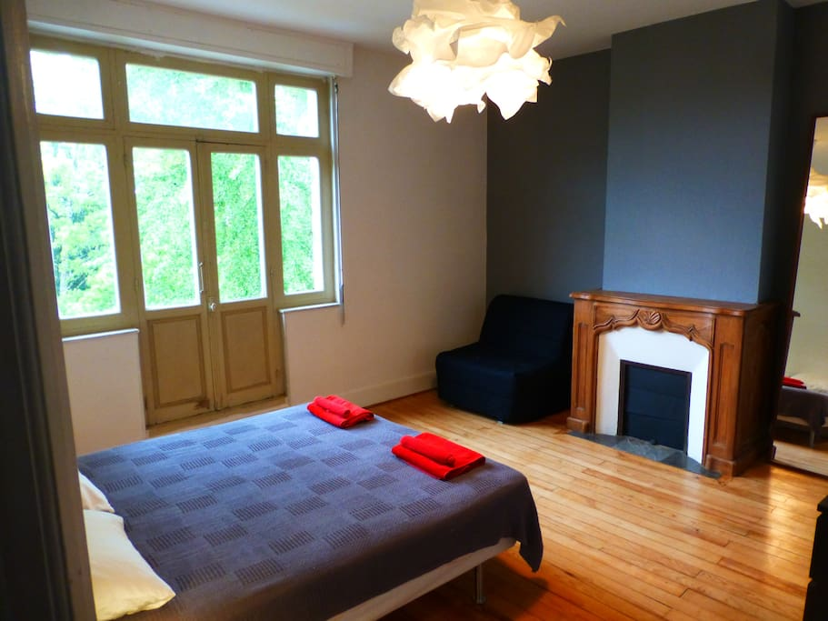 chambre lumineuse moissac c rouge bed breakfasts louer moissac. Black Bedroom Furniture Sets. Home Design Ideas