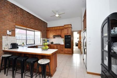 Private bedroom with aircon,free to airport - Tullamarine - House
