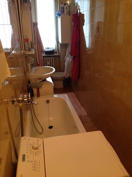 bagno in comune con lavatrice, vasca e doccia