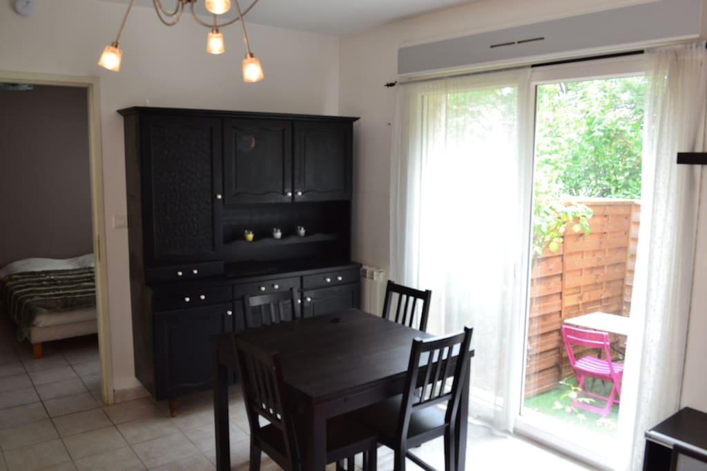 Coin salon-cuisine vue sur la chambre et la petite terrasse