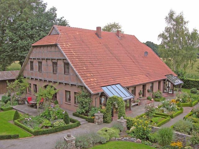Landhauswohnung mit schönem Garten!