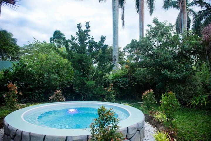 BennsueVillage/honeymoon suite/private jacuzzi