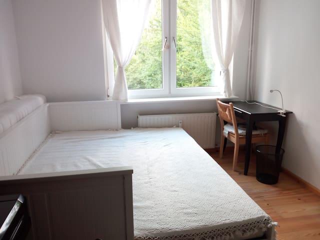 Gemütliches, helles Zimmer+ priv. Bad in Kreuzberg