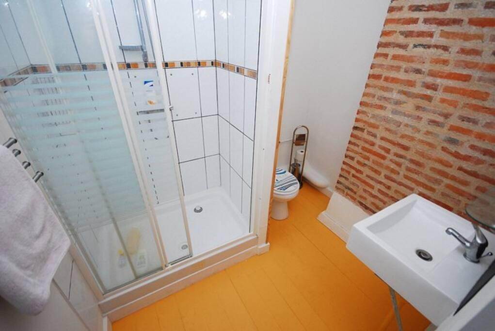 Bathroom for twin/triple room. Salle d'eau pour cha,bre double/triple.