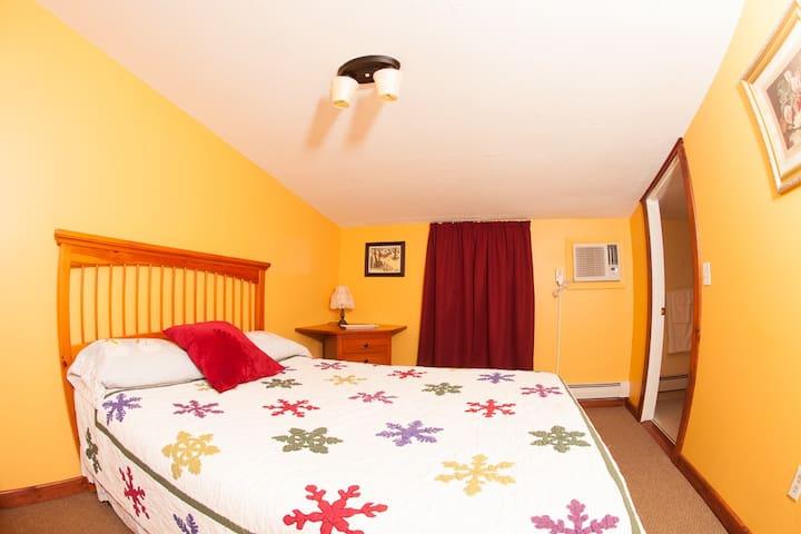 Clean, Comfortable Queen Room #3 - Bridgewater - Bed & Breakfast