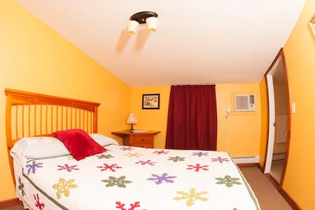 Clean, Comfortable Queen Room #3 - Bridgewater