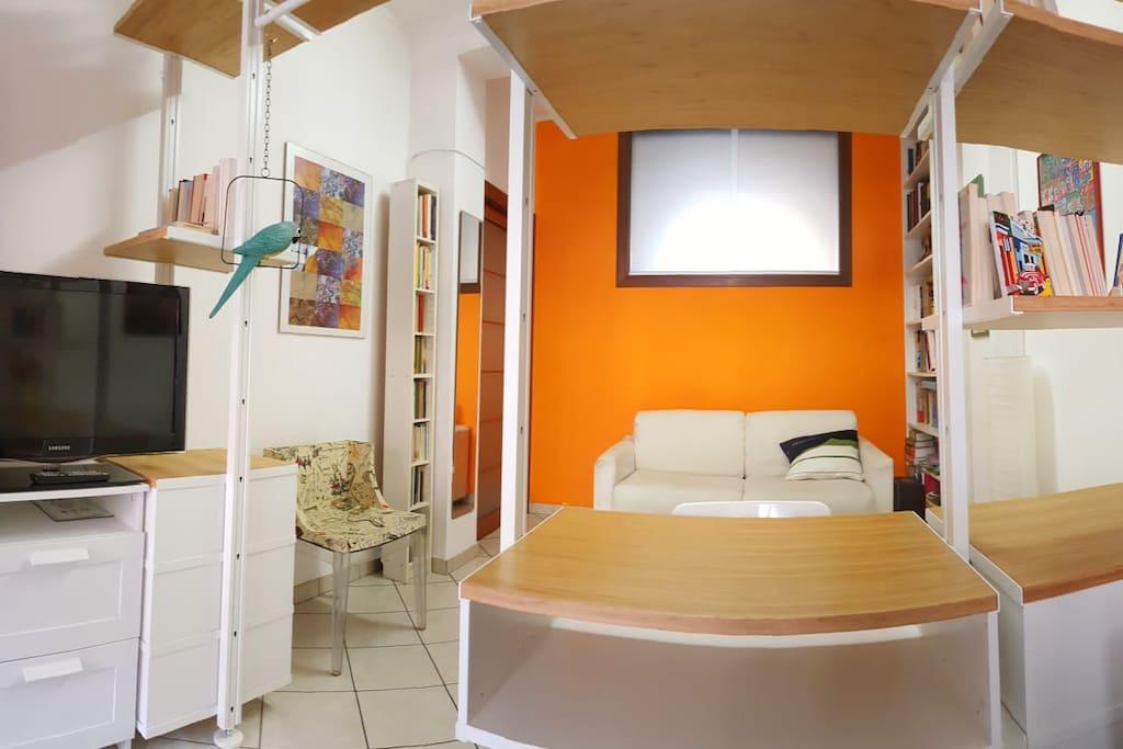 Vista prima parte della camera con divano chiuso