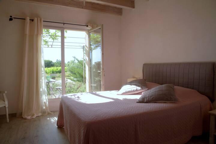 Chambre Viognier avec terrasse vue sur les vignes