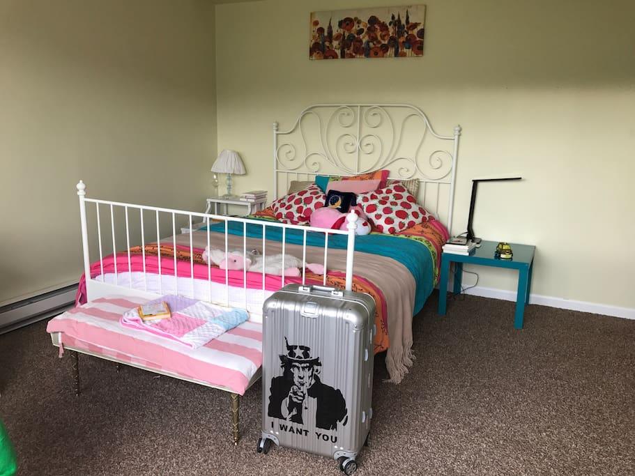 卧室,这个卧室在楼上,很安静,下去有充裕的阳光。