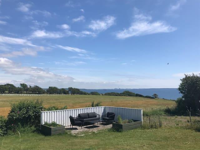 Velindrettet sommerhus med enestående havudsigt