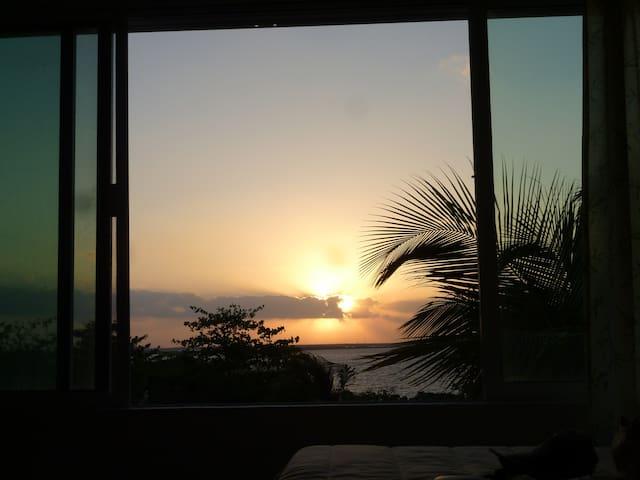 Vista al atardecer hacia a la laguna desde la habitación / Sunset view from the apartment room
