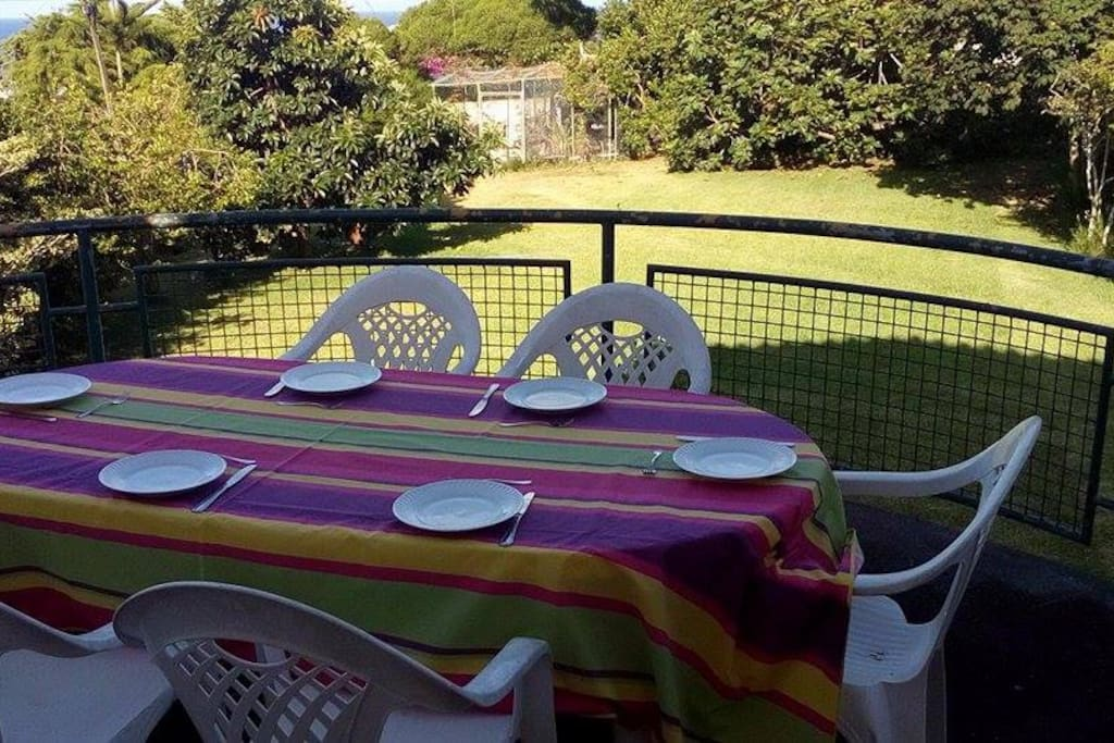 varanda para refeições, com vista para o jardim e para o mar