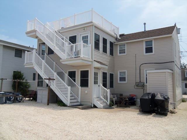 OCEAN BLOCK- 5th FROM OCEAN -1ST FL 3 BR-CTRL. AIR - Long Beach Township - Leilighet