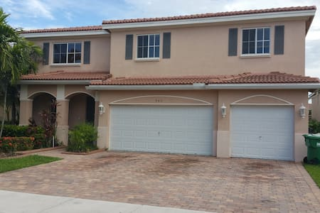 LARGE ROOM WITH PRIVATE BATH - Miami Gardens