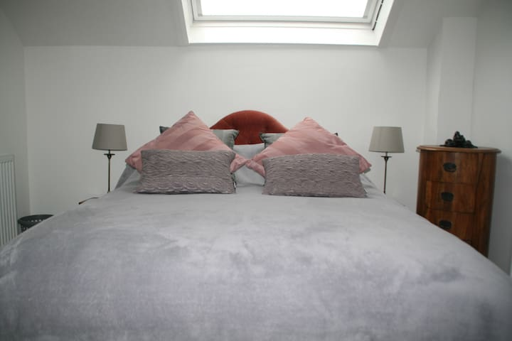 Luxurious double bedroom with new en-suite - London - House
