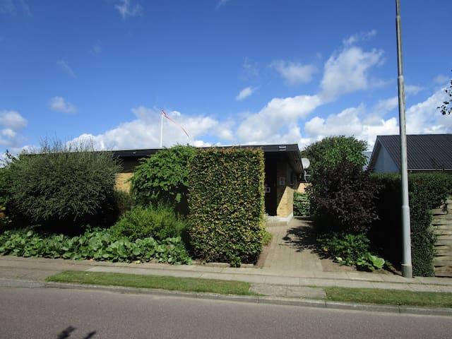 Kælderlejlighed, rolige omgivelser og egen indgang - Esbjerg - House