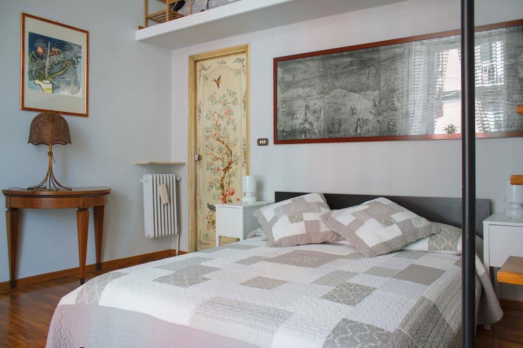 Elegante stanza soppalcata pernottamento e colazione in for Airbnb napoli