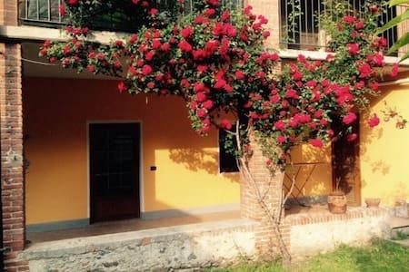 grazioso appartamento con giardino - DONNAS - 一軒家